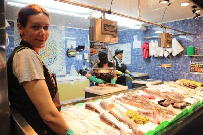 Isabel Sánchez, de l'establiment Peixos Moreno, al Mercat Les Bòbiles